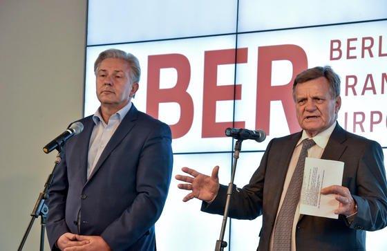 BER-Aufsichtsratschef Klaus Wowereit und Flughafenchef Hartmut Mehdorn (re.): Weitere 1,1 Milliarden Euro hat der Aufsichtsrat gestern durchgewunken, es fehlt nur noch die Freigabe von Bund und Ländern.