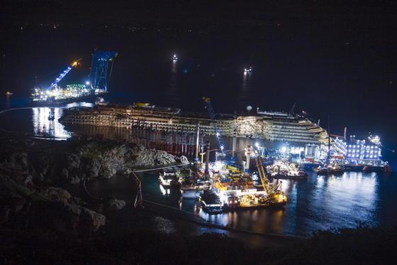 Das aufgerichtete Wrack: Die Costa Concordia wird bald ihre letzte Reise antreten und im Zielhafen Genua verschrottet werden. Die Arbeiten werden rund ein Jahr dauern.