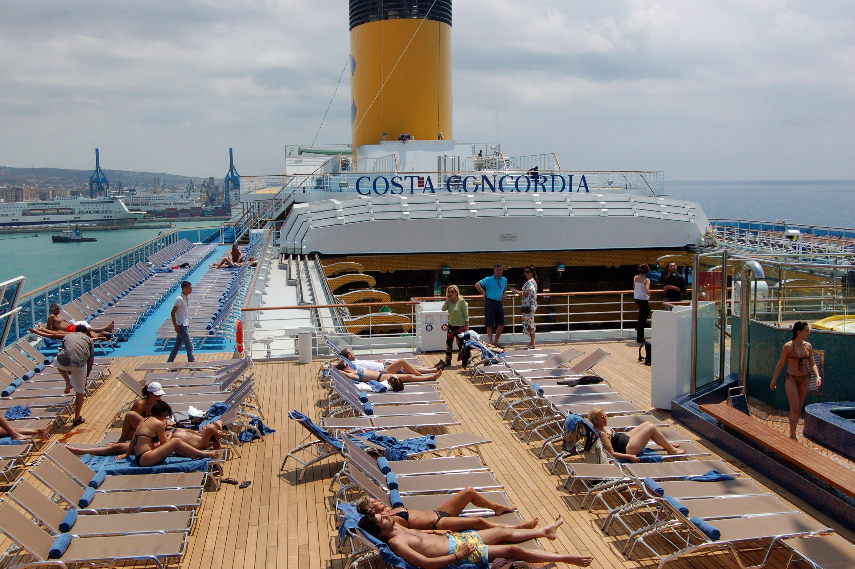 Ein Bild aus längst vergangenen Tagen: Passagiere sonnen sich an Deck der Costa Concordia. Jetzt soll das Wrack des Luxusliners in Genua verschrottet werden.