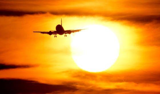 Eine Boeing 737 fliegt am 29. März 2014 am Flughafen in Hannover Richtung Sonnenuntergang. Der amerikanische Flugzeughersteller hat noch 3000 bestellte 737-Flieger zu bauen. Statt wie bisher alles in Handarbeit zu fertigen, wird jetzt erstmals auch auf Roboter bei der Produktion gesetzt.