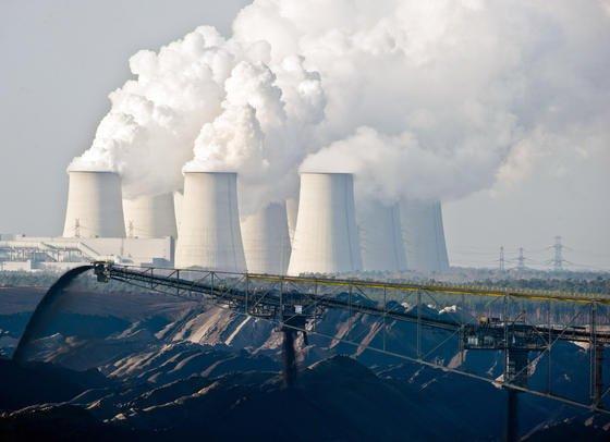 Blick auf den Braunkohletagebau neben dem Braunkohlekraftwerk Jänschwalde in Brandenburg nordöstlich von Cottbus: Die deutschen Braunkohlekraftwerke stoßen nach einer neuen Studie erhebliche Mengen Quecksilber aus.