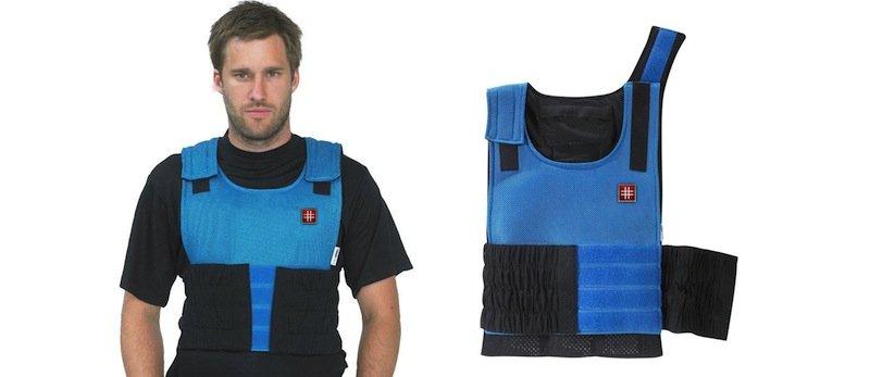 Kühlweste der deutschen Firma Protectionware: Eine Spezialflüssigkeit taut langsam auf und gibt Kälte an den Körper des Sportlers ab.
