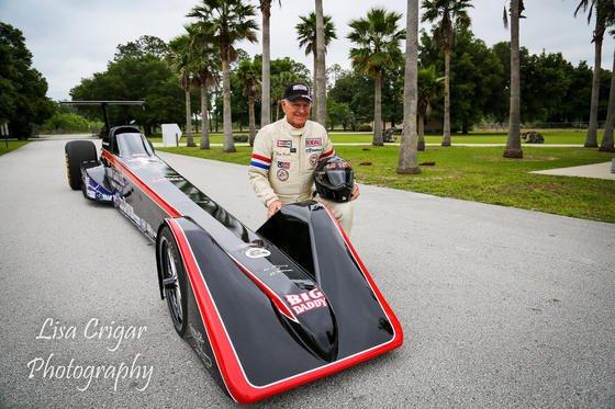 Don Garlits mit seinem Elektro-Dragster: Der 82-jährige Pilot will mit seinem Dragster einen neuen Geschwindigkeitsrekord aufstellen. Bislang hat er 184 Meilen pro Stunde geschafft. Seine Ziel ist die Marke von 200 Meilen pro Stunde, umgerechnet 320 km/h.