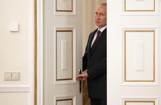 Sobald Russlands Präsident Putin das neue Gesetz unterschreibt, zählen selbst Blogger zu Medienbetreibern. Unliebsamen Inhalten der Regierungskritiker kann Putin dann schneller den Riegel vorschieben. Das widerspreche der Realität des modernen Internets, schimpft der Menschenrechtsrat im Kreml.