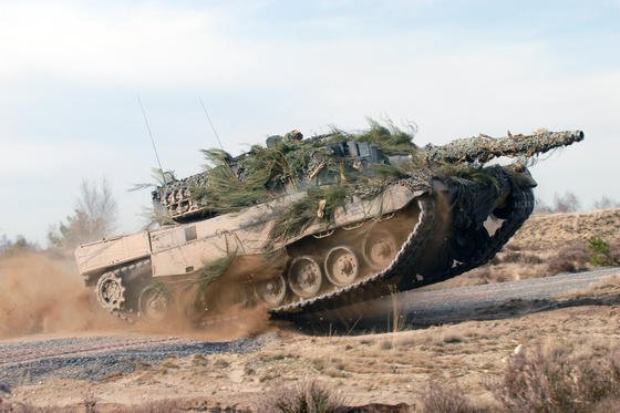 Ein Kampfpanzer vom Typ Leopard 2 des deutschen Rüstungskonzerns KMW. Im Panzergeschäft zählt der französische Konzern Nexter mit dem Modell Leclerc bislang zu den größten Konkurrenten. Das könnte sich mit einer Fusion ändern.