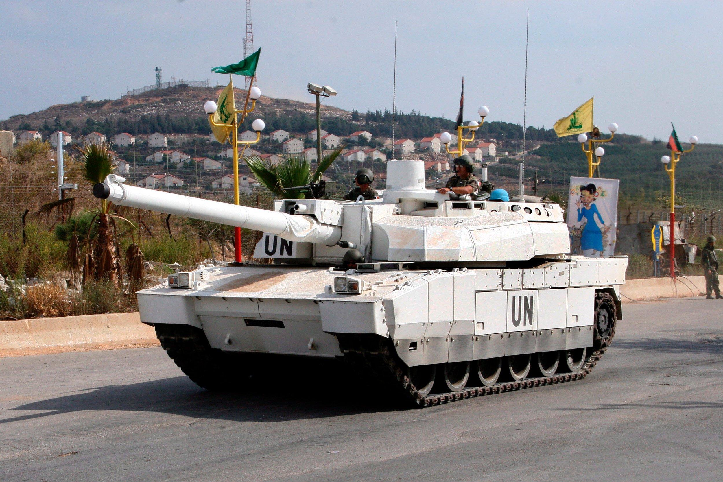 Ein französischer Kampfpanzer vom Typ Leclerc der Firma Nexter fährt als Teil einer UN-Friedensmission vor der Ortschaft Al Mutalah in Israel über eine Straße. Das französische Unternehmen und der deutsche Rüstungshersteller Krauss-Maffei Wegman planen eine Fusion.