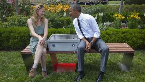 Sogar US-Präsident Barack Obama hat sein Handy schon an der neuen Solarbank des MIT aufgeladen. Neben ihm sitzt Entwicklerin Sandra Richter.