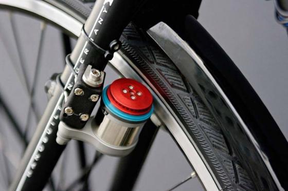 Klein und unauffällig sitzt der Velospeeder an der Felge und gibt dem Fahrradfahrer elektrischen Rückenwind.