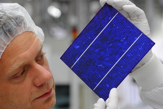 Solarzellen werden bislang auf der Basis von Silizium hergestellt. Rund 90 Prozent aller installierten Solarzellen sind bislang Siliziumzellen. Bei sogenannten Dünnschichtzellen aufCadmiumtellurid-Basissteigt dieStromausbeute gegenüber der Siliziumzelle von 2 auf 15 Prozent. Doch die Chemikalie ist hochgiftig und die Produktion teuer. Ein neues Verfahren, bei dem das ungiftige und preiswerte Magnesiumchlorid eingesetzt wird, könnte die Wende bringen.