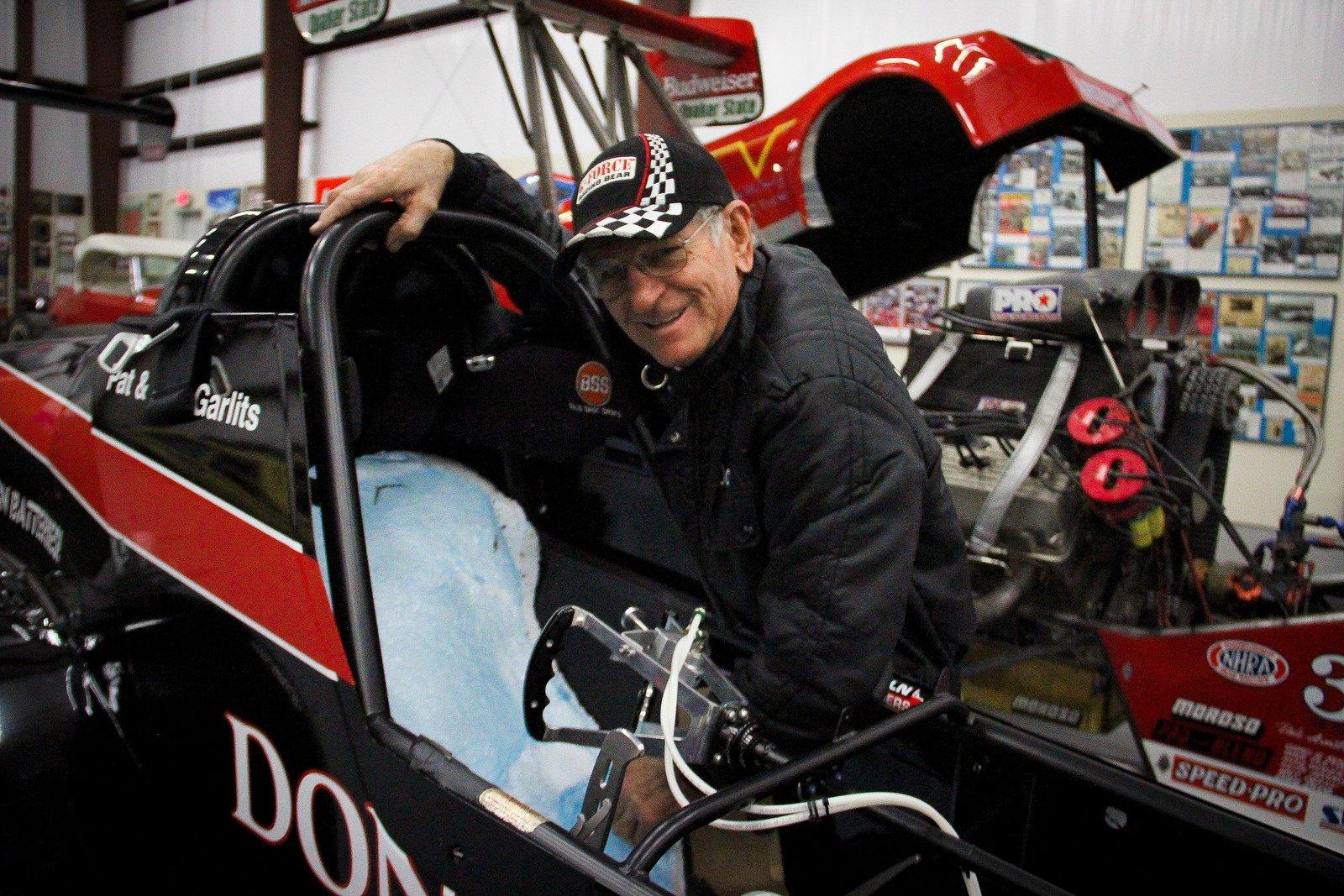Don Garlits im Cockpit seines Elektro-Dragsters: Nur durch einen Spezialsitz kann er die enormen Kräfte auf seinen Körper während der Beschleunnigung aushalten.