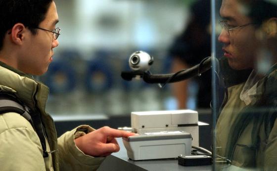 Ein Passagier scannt seinen Fingerabdruck am John F. Kennedy International Airport in New York. An japanischen Flughäfen soll die Identifikation zukünftig über Gesichtserkennungssoftware laufen.