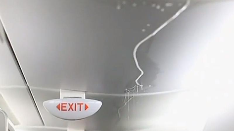 Grund für die unfreiwillige Dusche war ein Rohrbruch im Zwischendeck der A380, die auf zwei Etage über 500 Passagiere befördern kann.