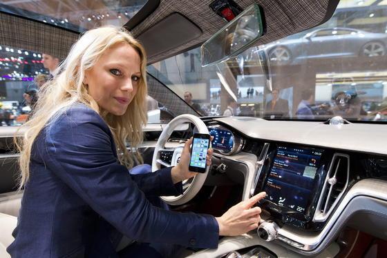 Kopf-an-Kopf-Rennen: Bislang unterstützen 29 Autohersteller Apples CarPlay zur Integration von iOS-Geräten, 28 Autofirmen setzten auf Googles Konkurrenzsystem Android Auto.