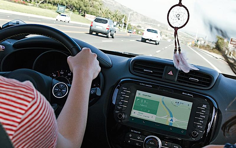Android Auto: Bei der Zusammenarbeit mit Technologieunternehmen kann Google stolze 16 Partnerfirmen vorweisen, während Apple bisher gerade einmal zwei Technikpartner hat.
