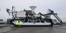 Förderfahrzeug mit Panzerketten sucht im Pazifik nach Edelmetall