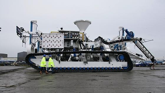 Das englische Unternehmen SMD ist spezialisiert auf den Bau von fernsteuerbaren Unterwasserfahrzeugen. Dieser CBT 2100 kann unter Wasser Gruben ausheben und Kabel verlegen. Sein Kollege soll den Meeresboden aufhacken und Edelmetalle absaugen.