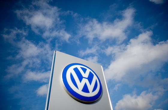 Der Informationsaustausch zwischen Fahrzeug und MP3-Player, Smartphone und Fahrzeugschlüssel findet längst statt. In näherer Zukunft soll sich darüber hinaus auch die Kommunikation mit dem eigenen Zuhause, Tankstellen und Werkstätten etablieren. Daran tüftelt die neue Firma Volkswagen Infotainment.