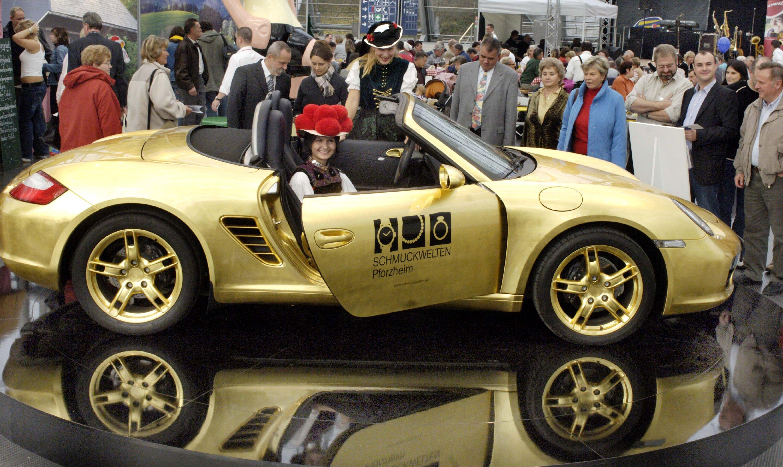 Ein mit Blattgold belegter Porsche Boxter: Das Edelstück hat der Gold- und Schmuckdesigner Bernd Höger aus Stuttgart mit 3000 Goldblättchen belegt.