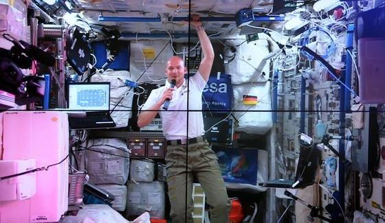 Von einem Foto winkte der deutsche Astronaut Alexander Gerst den Schülern aus Mecklenburg-Vorpommern zu, während sie live mit ihm telefonierten.