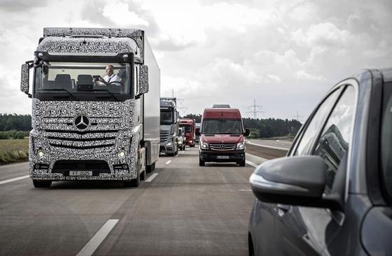 """Der """"Future Truck 2025"""" von Daimler hat sich bisher auf einem noch nicht eröffneten Autobahnteilstück bewährt. Das autonome Fahren mit dem """"Highway Pilot"""" soll bis 2025 serienreif entwickelt sein."""