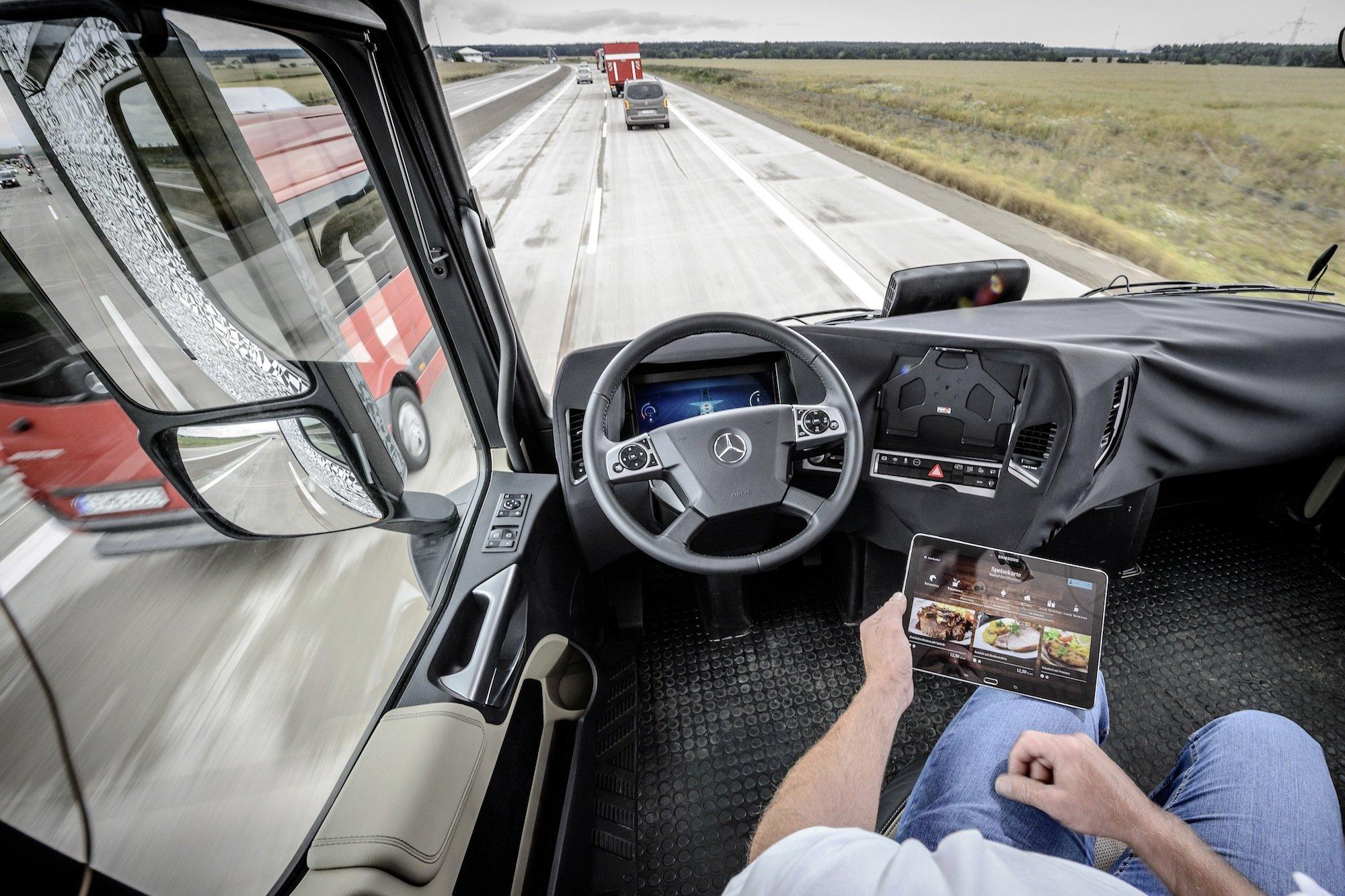 """Ist der """"Highway Pilot"""" aktiv, kann der Fahrer sich entspannt zurücklehnen. Falls ein Überholmanöver ansteht oder eine Baustellensituation auftaucht, muss er allerdings zum Lenkrad greifen und das Fahrzeug wieder eigenhändig steuern."""
