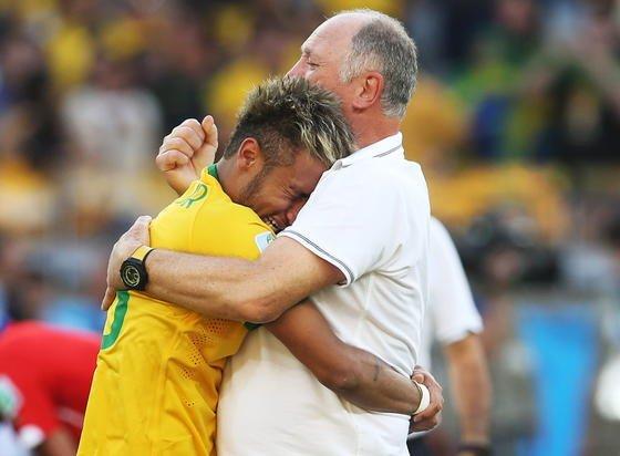 Der brasilianische Superstar Neymar weint sich bei der WM 2014 in Brasilien an der Schulter von Trainer Luiz Felipe Scolari aus.