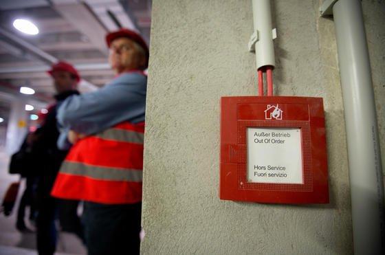"""Brandmelder mit der Aufschrift """"Außer Betrieb"""" im Hauptterminal des Flughafens Berlin-Brandenburg: Der Planer der Entrauchungsanlage ist jetzt von der Flughafengesellschaft entlassen worden und hat sogar Hausverbot erhalten."""