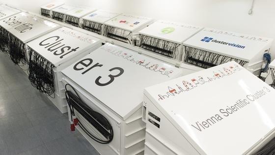 Österreichs schnellster SupercomputersVienna Scientific Cluster 3 wird nicht mit Luft, sondern von 35 Tonnen Öl gekühlt. Die Wärme kann dem Öl wieder entzogen und genutzt werden.