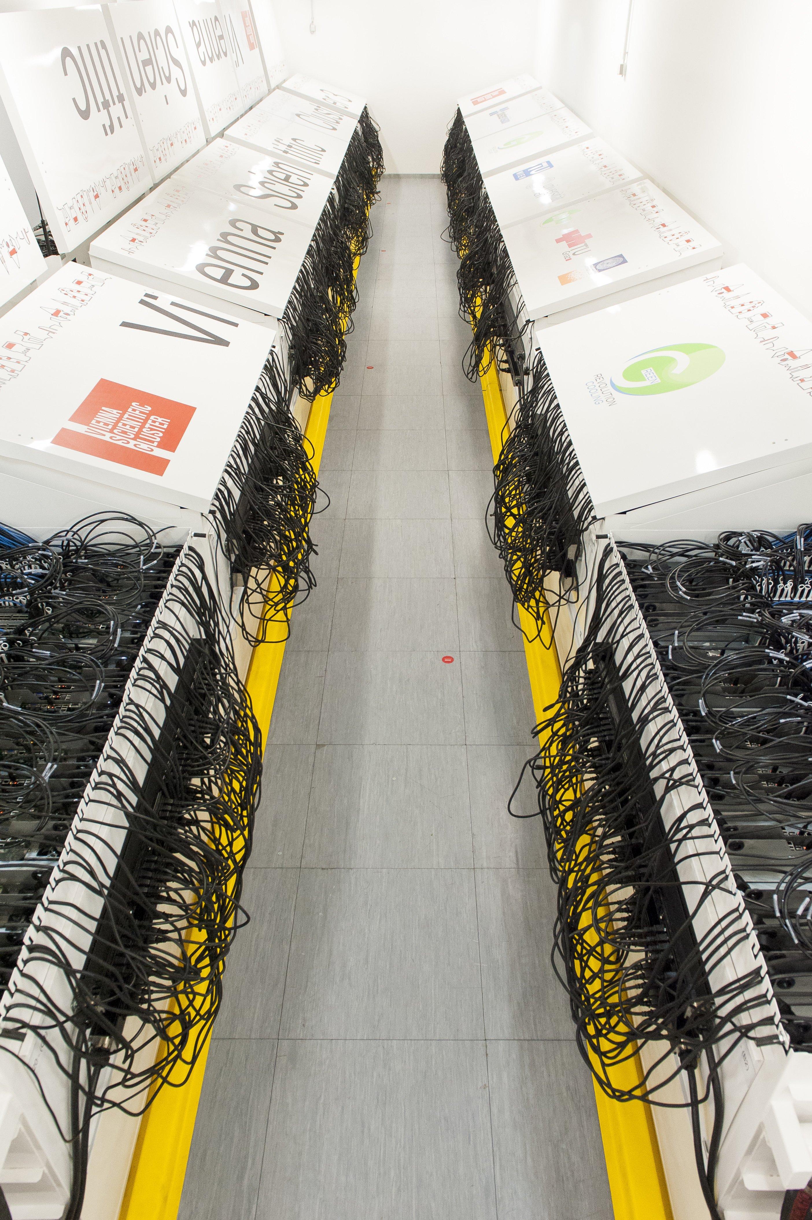 Ein Blick in den Rechnerraum des Vienna Scientific Clusters 3, dem schnellsten Supercomputer Österreichs: Er erreicht eineRechenleistung von über 600 Teraflops.