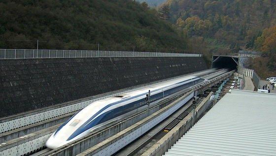 Japan wird voraussichtlich das erste Land weltweit sein, welches eine Langstrecken-Magnetschwebebahnstrecke errichtet und kommerziell betreibt. Zu Testzwecken ist bei Yamanashi bereits von 1990 bis 1996eine 18 Kilometer lange, doppelspurige Erprobungsstrecke mit einem Tunnelanteil von 86 Prozent gebaut und 1997 in Betrieb genommen worden. Die auf der Teststrecke erreichte Höchstgeschwindigkeit beträgt 581 km/h.