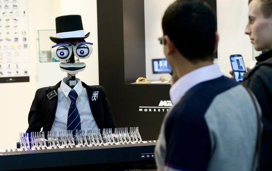 Einen klavierspielenden Roboter konnten Besucher auf der Hannover Messe 2014 bestaunen. Eine nette Inspiration für die Gestalt eines Roboter-Reporters. Denn bislang ist die schreibende Software bei AP körperlos.