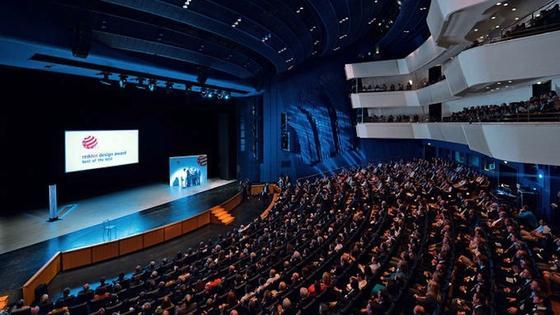Im Essener Aalto-Theater nahmen die Preisträger am Montagabend den Red-Dot-Award in Empfang. 1000 Produkte sind bis zum 3. August im Red Dot Museum in Essen zu sehen.