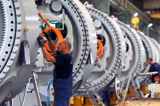Monteure arbeiten an Naben für Windkraftanlagen in Rostock. Trotz Standortnachteilen wie hohe Lohnkosten und Steuern wollen die meisten Anlagenbauer in Deutschland bleiben. Für die Zukunft steht die Vernetzung der Produktionsprozesse an.