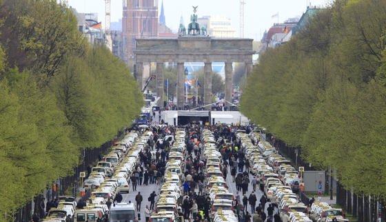 7000 Taxis verursachen jedes Jahr in Berlin eine Kohlendioxidemission von 70.000 Tonnen. Bei einem Wechsel auf Elektroantrieb könnten Taxiunternehmen nicht nur die Umwelt schonen, sondern pro 150 gefahrene Kilometer auch 9,20 Euro sparen.