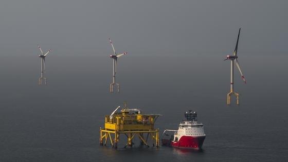 Umspann-Plattform des Windparks Bard 1 rund 100 Kilometer vor Borkum in der Nordsee: Seit März kann der größte deutsche Offshore-Windpark keinen Strom an Land liefern, weil die Übertragung Probleme macht.
