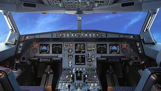 Hier ist noch alles beim alten: das Cockpit eines Airbus A330. In Zukunft sollen Flachbildschirme die Fenster ersetzen. Das Cockpit lässt sich dann auch im hinteren Teil der Maschine unterbringen.