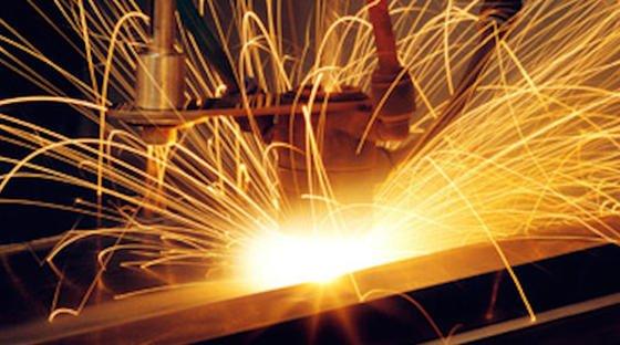 Das Laserstrahl-Schweißverfahren lässt sich mit anderen Schweißverfahren kombinieren. Jetzt gibt es eine neue Hybridtechnik, bei der ein Hochleistungslaser und zwei Schutzgas-Schweißgeräte im Verbund arbeiten. Damit können Bleche perfekt im Rekordtempo geschweißt werden.