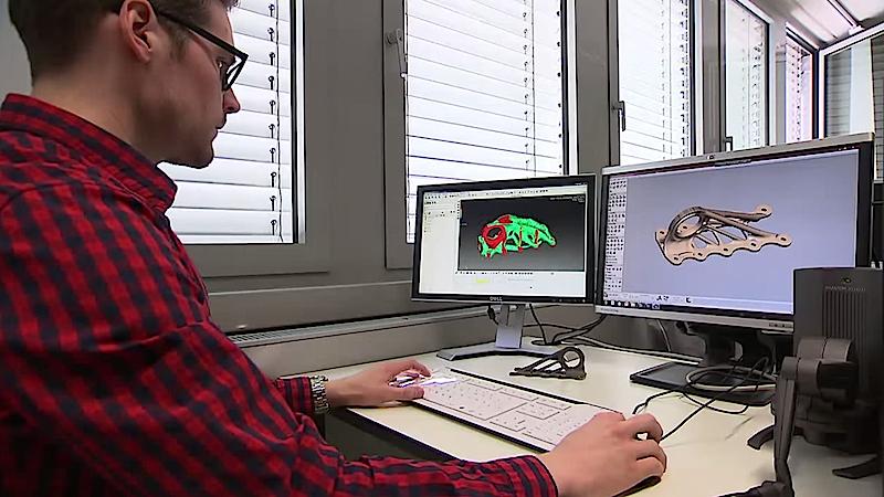 Am Computer entwickeln Ingenieure Bauteile und generieren Steuerungsbefehle für den 3D-Drucker.