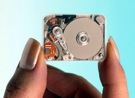 Eine kleine Festplatte der Firma Toshiba: Seltene Erde stecken oft in den Hochleistungsmagneten der kleinen Motoren. Bei der Verschrottung gehen sie bislang unwiederbringlich verloren.