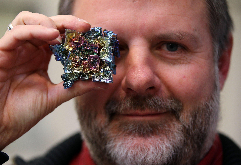 Der Metallhändler Gunther Maassen hält ein Stück Wismut in der Hand. Seltene Erden waren im Jahr 2011 in die Schlagzeilen gekommen, weil Hauptlieferant Chinaverschärfte Ausfuhrbeschränkungen erlassen hatte. Die Industrie fürchtete Versorgungsnot.