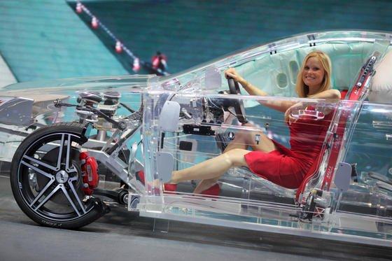TRW präsentierte auf der IAA 2013 in Frankfurt ein Modellauto aus Acryl. Das Unternehmen will die Straßensicherheit mit automatisches Brems- und Lenksystemen erhöhen – Technologie, die für ZF sehr interessant ist.
