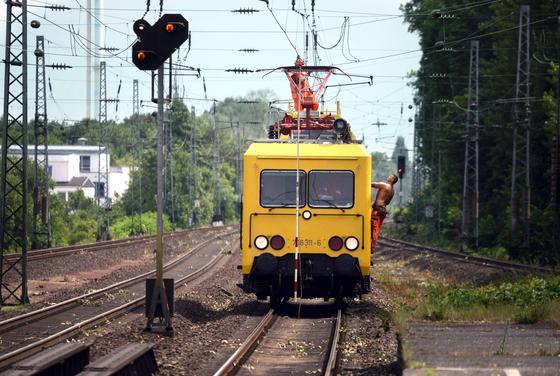 Bahnmitarbeiter reparieren im Juni 2014 bei Düsseldorf die Oberleitung der Eisenbahnstrecke zwischen Düsseldorf und Köln. Nach einem Bericht der Süddeutschen Zeitung hat die Bahn Sicherheitsbestimmungen zu lax gehandhabt, um Kosten zu sparen. Dadurch sollen Mitarbeiter von Fremdfirmen ums Leben gekommen sein.