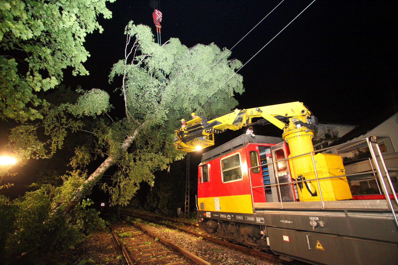 Beseitigung von Schäden an der Oberleitung durch umgestürzte Bäume auf einerBahnstrecke in Lindau (Bayern). Bei solchen Arbeiten sollen Mitarbeiter von Fremdfirmen der Bahn ums Leben gekommen sein, weil strengere Sicherheitsvorschriften nicht umgesetzt wurden.