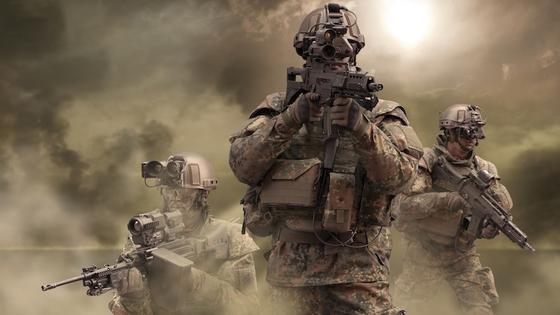 Rheinmetall versorgt die Bundeswehr unter anderem mit dem sogenannten Gladius-System. Vor den Augen der Soldaten hängt dabei ein teildurchlässiges Helmdisplay. Auf diesem erscheinen Umgebungsinformationen – etwa die Position anderer Soldaten.