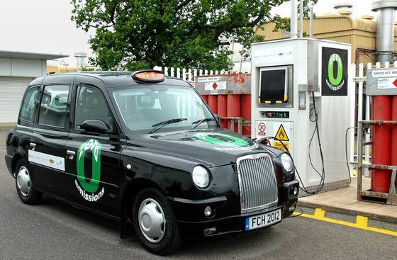 Londoner Taxi von Lotus mit Brennstoffzelle: Forscher der TU Wien tüfteln jetzt an einem Verfahren, durch das Brennstoffzellenautos mit flüssigem Methanol betankt werden können.