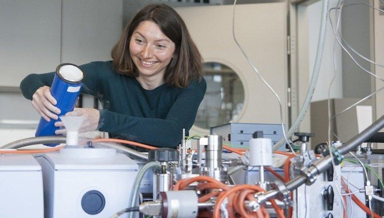 Wissenschaftlerin Karin Föttinger untersucht im Spezialforschungsbereich Foxsi, wie Reaktionen am Katalysator im Detail ablaufen. Sie finanziert experimentelle Geräte mit finanziellen Mitteln des Theodor-Körner-Förderungspreises.