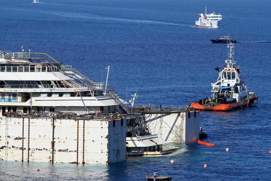 An den Seiten der Costa Concordia wurden 30 Schwimmkästen montiert. In diese wird Luft hineingepumpt, um das stark beschädigte Schiff zu tragen.