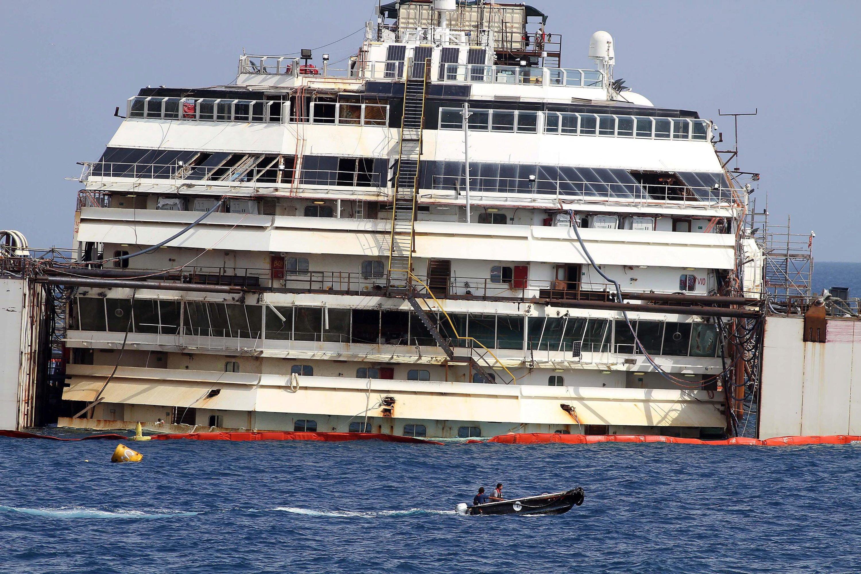 Die durch 30 Schwimmtanks stabilisierte Costa Concordia wird nun in den Hafen von Genua geschleppt und dort verschrottet.