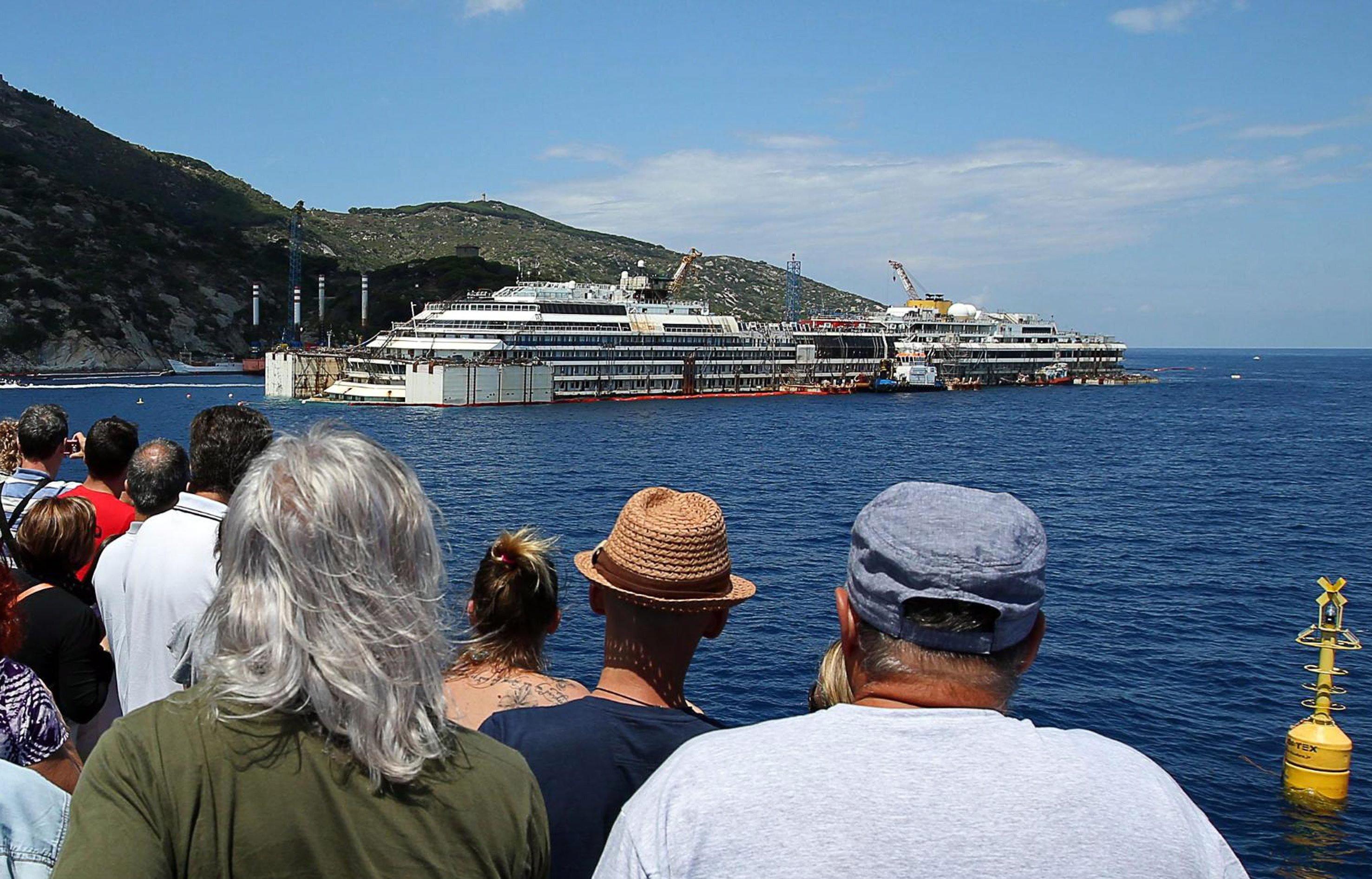 Viele Schaulustige beobachteten am Montag das Aufschwimmen der Costa Concordia.