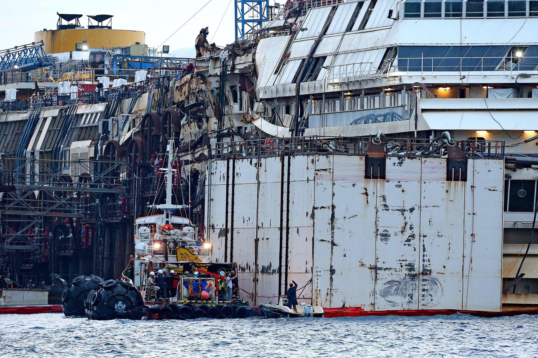 Schon am Montagmittag war die Costa Concordia um zwei Meter angehoben und schwamm vor der Küste der Mittelmeerinsel Giglio.